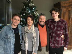 Lincoln McBride y su familia, pionero en pruebas de COVID-19